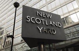 Scotland Yard duda de que un arma hubiera salvado al agente apuñalado en el ataque de Londres