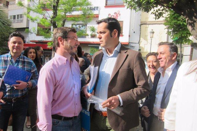 Requena (d), con Miguel Contreras, presenta sus avales.
