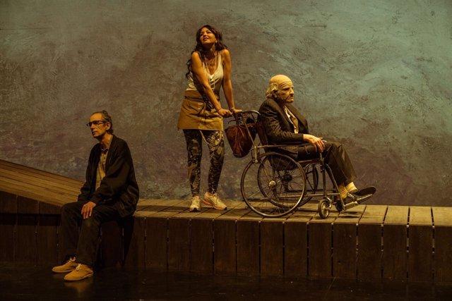 Escena de la obra de teatro 'En la orilla', adaptación de la novela de Chirbes