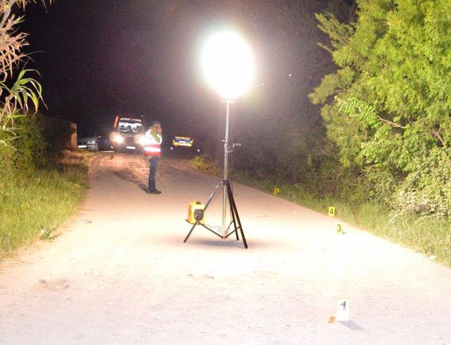 Agentes de atestados inspeccionan el lugar del accidente