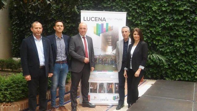 Antonio Ruiz (centro), durante la presentación de 'Lucena City of Music'