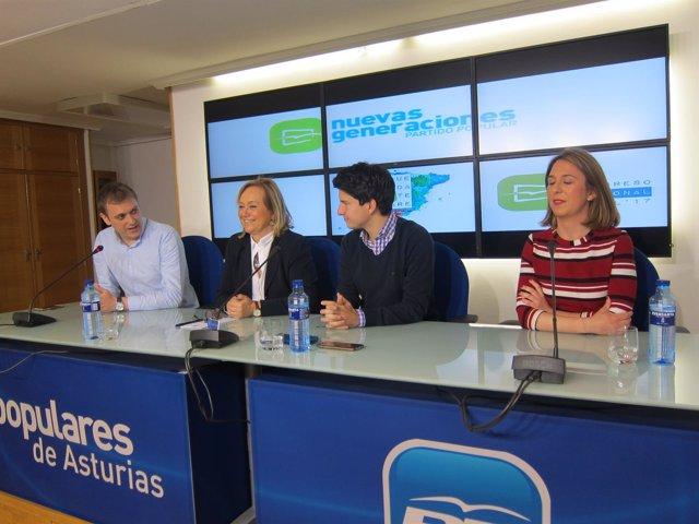 Mercedes Fernández, segunda por la izquierda, en la rueda de prensa de NNGG.