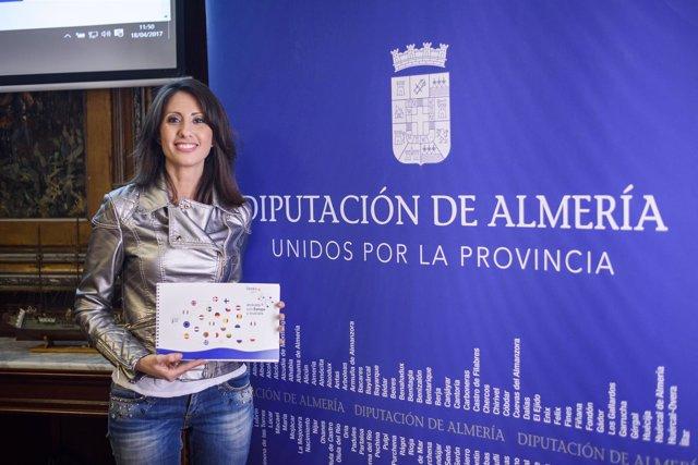La diputada Carmen Belén López, con la nueva Guía 'Atrévete con Europa'.
