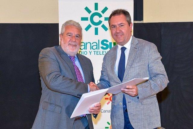 Joaquín Durán y Juan Espadas en la firma del convenio entre RTVA y Ayuntamiento