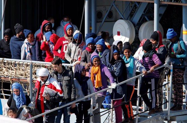 Migrantes y refugiados desembarcan en Sicilia