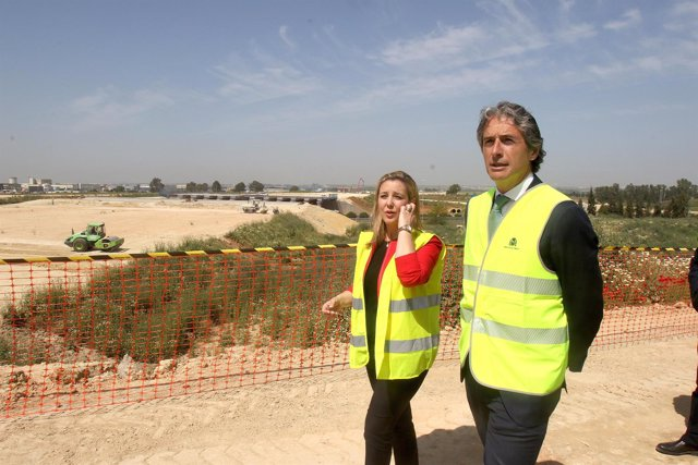 El ministro de Fomento junto a la alcaldesa de Alcalá de Guadaíra