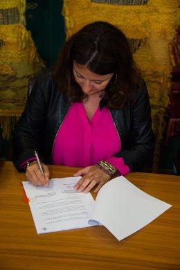La alcaldesa de Sant Cugat, Mercè Conesa, firmando el convenio
