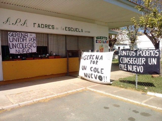 Pancartas en el colegio de Gerena.