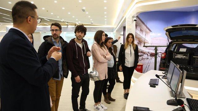 Estudiantes de CESINE en la visita a la compañía tecnológica Huawei.