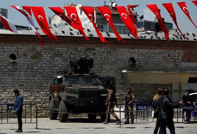 Policías y fuerzas especiales en Estambul