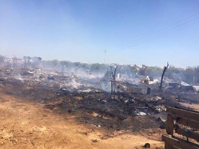 Incendio en un asentamiento chabolista en Lepe (Huelva).