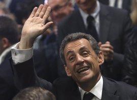 """Sarkozy pide el voto para Fillon para evitar """"los riesgos de los extremos"""""""