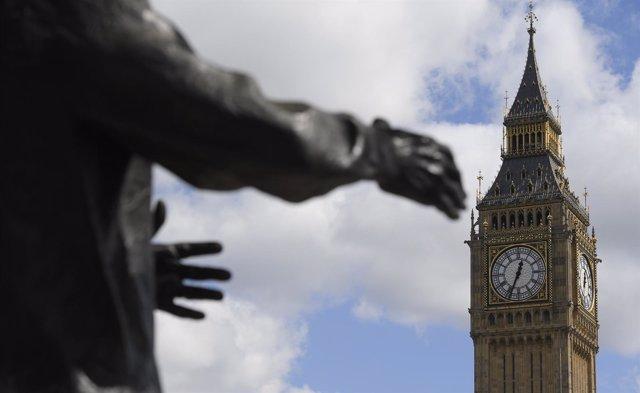 El Big Ben y los brazos de la estatua de Churchill frente al Parlamento