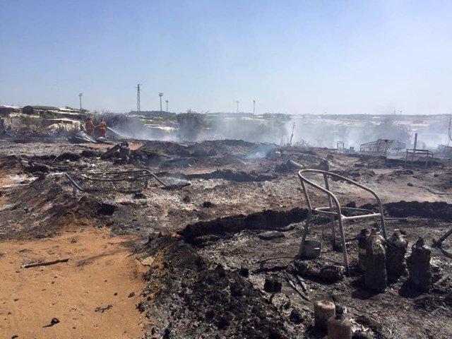 Incendio en asentamiento chabolista de Lepe.