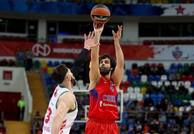 Teodosic lanza ante Shengelia en el CSKA-Baskonia