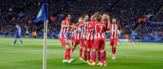 Los jugadores del Atlético celebran el gol de Saúl