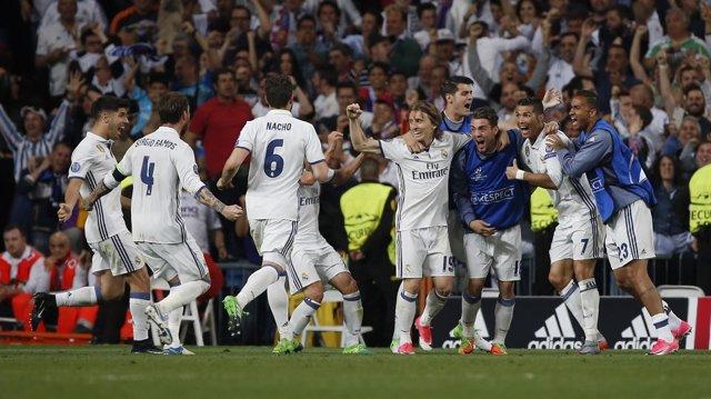 Los jugadores del Real Madrid celebran el 2-2 de Cristiano
