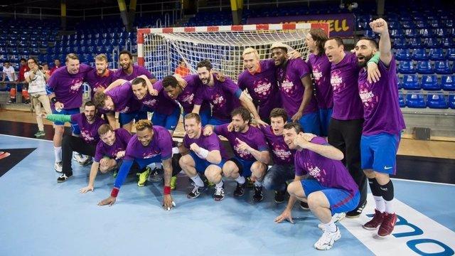 Los jugadores del FC Barcelona Lassa celebran el título