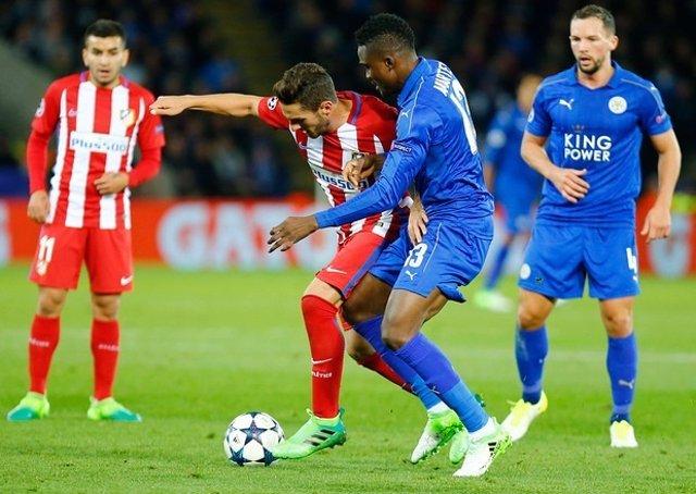 Koke pelea un balón con Ndidi en el Leicester City-Atlético