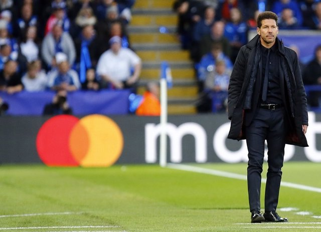 Simeone en el césped del King Power Stadium