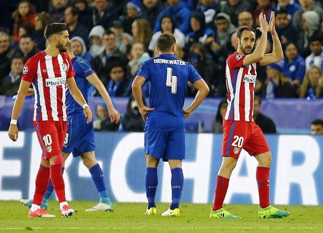 Juanfran Torres abandona el campo en el Leicester-Atlético