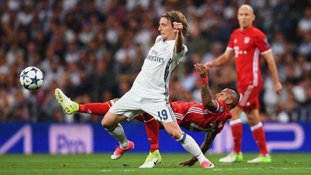 Vidal pugna un balón con Modric en el Real Madrid-Bayern