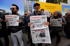 """Un tribunal de Turquía acepta los cargos por """"terrorismo"""" contra directivos y columnistas de 'Cumhuriyet'"""