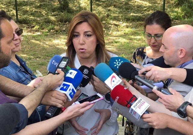 Susana Díaz con periodistas antes de visitar un centro de servicios sociales