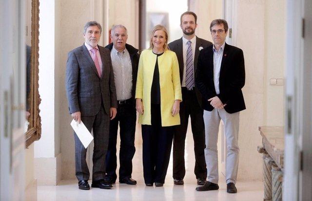 Cristina Cifuentes con los sindicatos