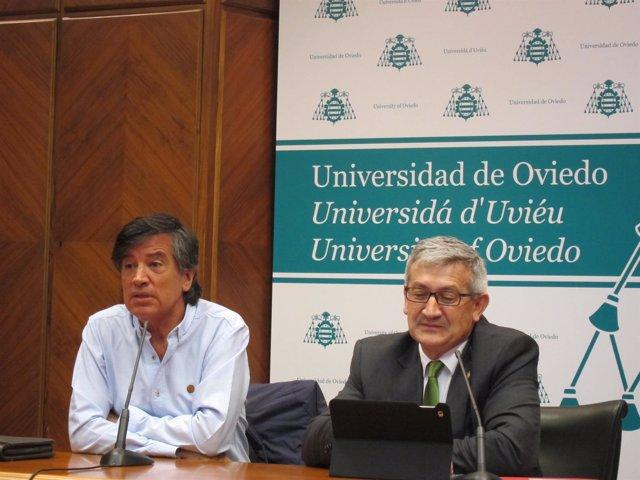 Carlos López-Otín y el rector de la Universidad, Santiago García Granda