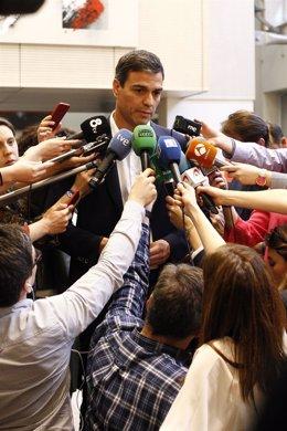 Pedro Sánchez se despide de Carme Chacón en Ferraz