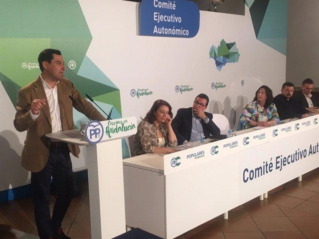 El presidente del PP-A, Juanma Moreno, en La Palma del Condado.
