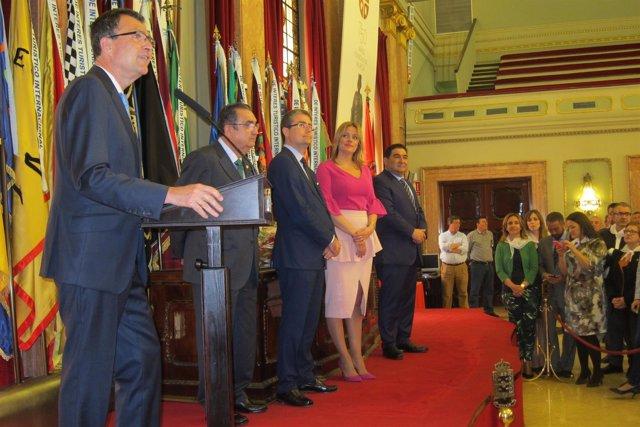 Alcalde presenta Don Pez y Doña Sardina en Salón Plenos