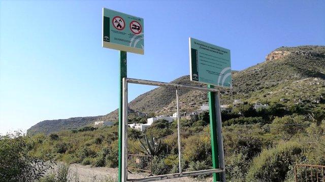 Señales de aparcamiento en Cabo de Gata