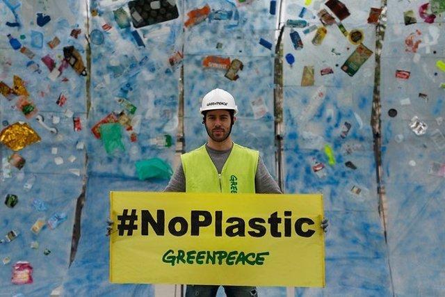 19/04/2017. Plaza Del Ayuntamiento De Valencia, Valencia, España.  Greenpeace Ha