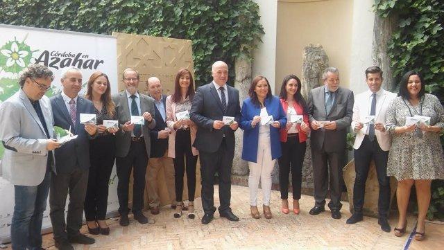 Ruiz (centro), y otros miembros de la Diputación y Rurápolis, durante el acto