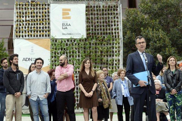 Imagen de la presentación del jardín vertical en la plaza Europa