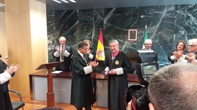 Juan Carlos Aparicio recibe el reconocimiento de manos de Del Río