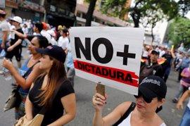 """Miles de venezolanos toman Caracas en la """"gran marcha contra el golpe"""""""