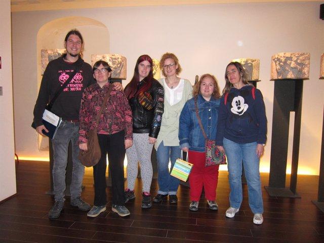El grupo de Plena Inclusión Aragón junto a Pilar Muniesa en Alma Mater Museum
