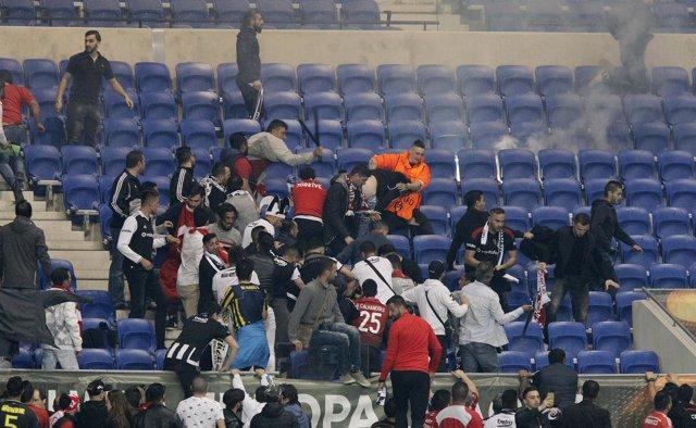 Seguidores del Lyon y del Besiktas se pelean