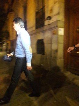 Ignacio González tras el registro de su despacho en Madrid
