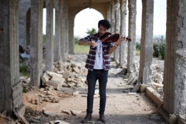 La música vuelve a las ruinas de Mosul de la mano de un violinista iraquí obligado a huir