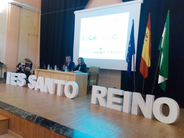 Ortega (i) en las actividades del programa Recapacicla.