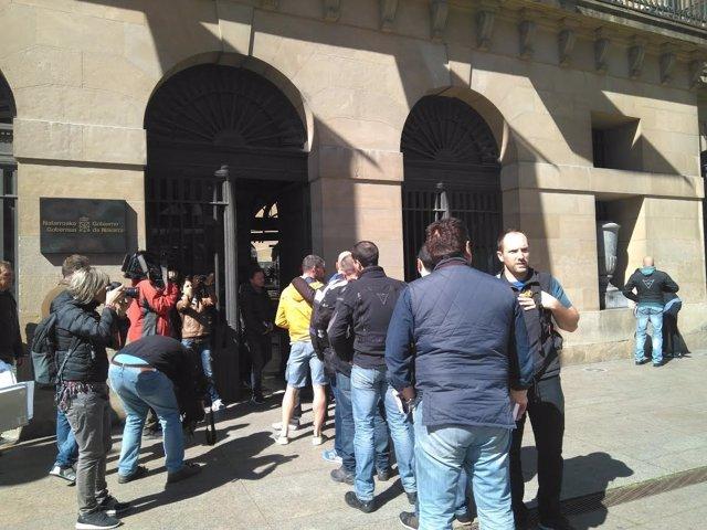 Policías forales presentando las instancias en el registro del Gobierno