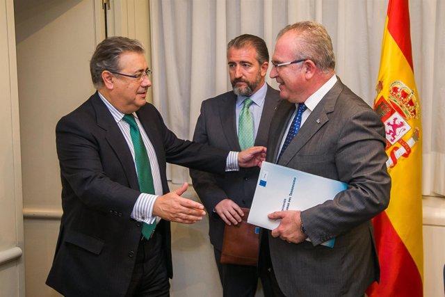 Juan Ignacio Zoido y el presidente de la AVT, Alfonso Sánchez