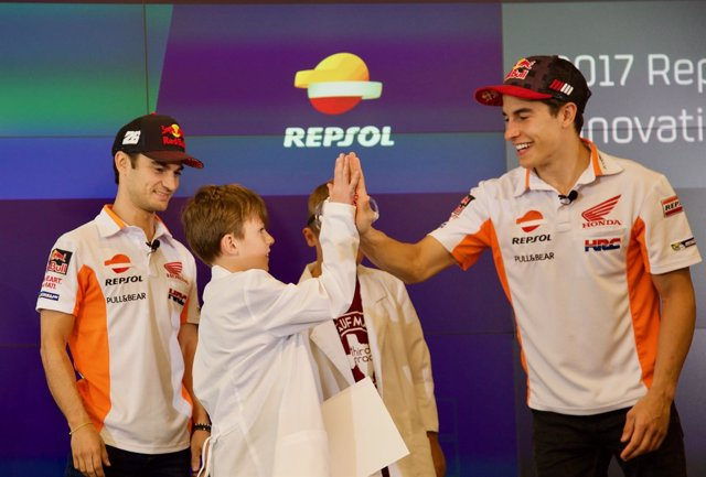 Márquez y Pedrosa, sorprendidos por jóvenes talentos en la sede de Repsol en Hou