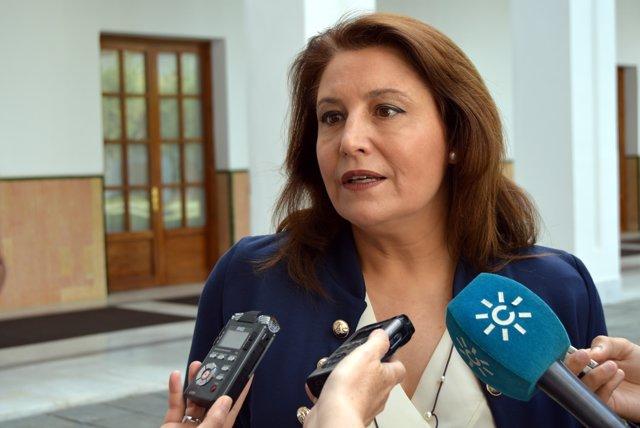 La portavoz parlamentaria del PP-A, Carmen Crespo, atiende a los medios