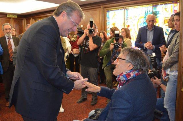 Antonio Silván junto al nuevo Defensor de la Discapacidad en León.