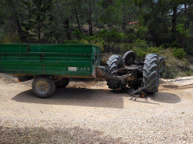Imagen del tractor volcado en Jumilla
